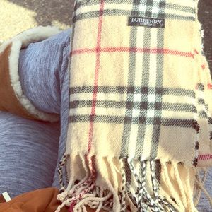 BURBERRY SCARF AUTHENTIC !